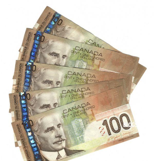 Сто Канадских долларов