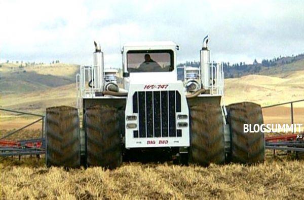 Самый большой трактор за работой