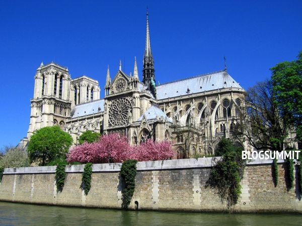 Суровый фронтон Собора Парижской Богоматери напоминает о трагичных событиях истории Франции