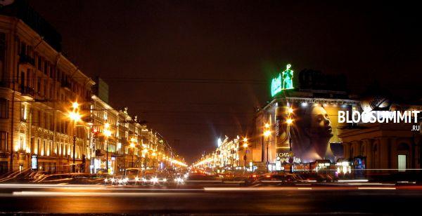 В вечерний огнях Невский проспект кажется фантастическим, Санкт-Петербург